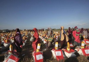 Displaced Somali women arrive at a food distribution centre after moving to higher ground due flooding in areas around Jowhar, a town north of Somalia's capital Mogadishu, December 9, 2013. REUTERS/Omar Faruk