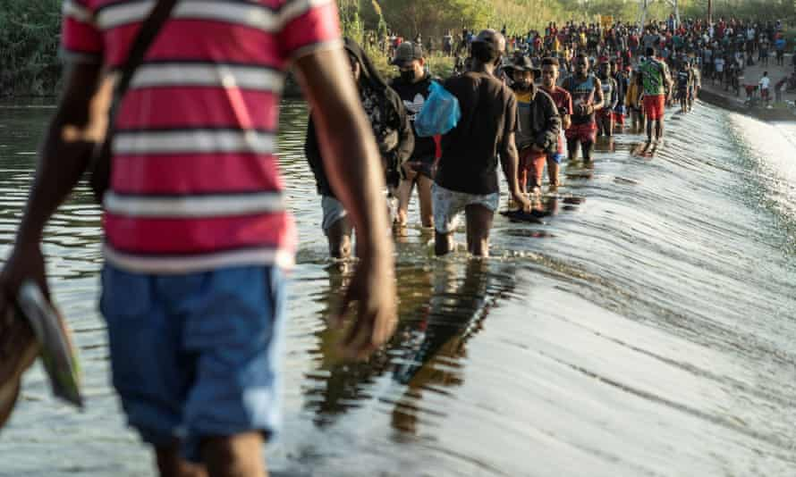 Texas: thousands of migrants, mostly Haitian, gather under border bridge in squalid makeshift camp